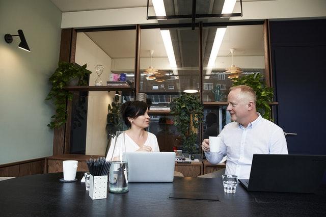 Come scegliere l'agenzia immobiliare giusta, agente immobiliare che dialoga con una cliente