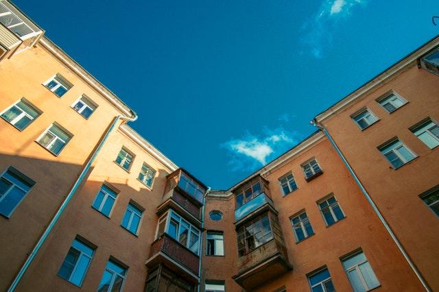 condominio con diversi piani: quali sono i vantaggi di abitare al primo piano?